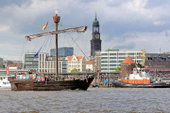 Nachbau einer Hansekogge - Ubena von Bremen auf dem Hafengeburtstag Hamburg; im Hintergrund der Kirchturm der St. Michaeliskirche.