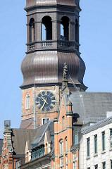 Detail vom Kirchturm der Hamburger St. Katharinenkirche und dem Zippelhaus - Skulptur Fuhrmann / Kutscher auf dem Dach.
