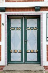 Geschnitzte und mit Farbdekor versehene Eingangstür - Jork im Alten Land.