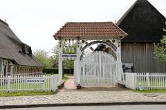 Prunkpforte in Jork, Altes Land - geschnitzter Hofeingang mit Wagendurchfahrt und Personenpforte.