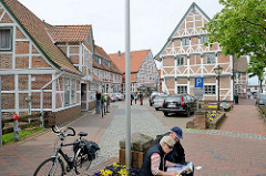 Altstadt von Jork, Altes Land - Geschäfte / Fachwerkhäuser, Touristen.