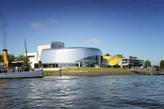 Theatergebäude an der Elbe im Hamburger Hafen im Stadtteil Steinwerder - Aufführung der Musicals Das Wunder von Bern und König der Löwen.