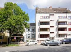 Wohnhäuser an der Hauptverkehrsstrasse Mühlendamm in Hamburg Hohenfelde - mehrstöckiges Wohnhaus mit Balkons - Gründerzeitvilla mit Ladengeschäft.