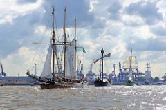 Einlaufparade zum Hafengeburtstag Hamburg - Traditionssegler AMPHITRITE; Dreimast Gaffelschoner - Baujahr 1887.