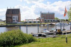 Dömitzer Hafen - im Vordergrund der Sportboothafen, am gegenüber liegenden Ufer Speichergebäude und Hotel mit Panorama Café.