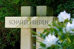 Kreuze mit der Inschrift SCHAFFET FRIEDEN bei der Kirche Niendorf Markt - alter Friedhof.