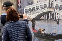 Touristen knipsen Venedig in der Hamburger Hafencity.