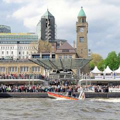 Menschenmenge auf den St. Pauli Landungsbrücken - Motorboot der DRK-Wasserwacht.
