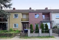 Reihenhaus - unterschiedliche Ausführung von Fassade und Zaun / Grundstücksabgrenzung - Architekturbilder aus Hamburg Stellingen.