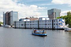 Wohnschiff für Flüchtlinge im Harburger Hafen / Lotsekanal, beim Kanalplatz - eine Barkasse fährt Richtung Verkehrshafen