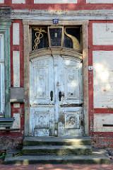 Alte Eingangstür - Baustil Historismus, Schnitzereien / Holzdekor - Architektur in Dömitz.