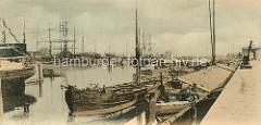 Historisches Motiv aus dem Hafen in Harburg / Elbe - Schuten und Ewer liegen am Kai.