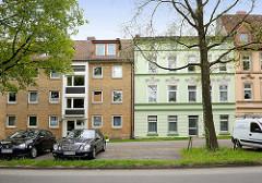 Wohnblocks an der Bremer Strasse im Hamburger Stadtteil Eissendorf - Architektur der 1960er Jahre, Gründerzeitfassade / Architekturgegensätze, alt + neu.