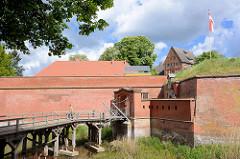 Brücke Eingang Dömitzer Festung; pentagonale Flachlandfestung, erbaut im 16. Jahrhundert / im Vordergrund die Zugbrücke.