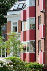 Neubau - Erkerzimmer mit roter Fassadenverkleidung - Seitenstrasse in HH-Hohenfelde / Güntherstrasse..
