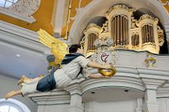 Taufengel und Orgel in der Niendorfer Marktkirche - die evangelisch-lutherische Kirche am Markt in Hamburg-Niendorf gilt nach dem Michel als bedeutendstes Barockbauwerk der Hansestadt. Die achteckige, von 1769 bis 1770 geschaffene Niendorfer Marktkir