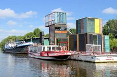 Pontons der ehem. Zollstation auf Entenwerder, Hamburg Rothenburgsort an der Norderelbe - Barkasse und Tankschiff; moderne Architektur.