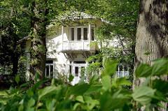 Historische Architektur in Hamburg Niendorf - Fett' sche Villa zwischen Bäumen.