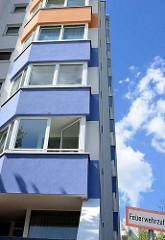 Farblich abgesetzte Fassadenelemente - Hochhaussiedlung Lenzweg im Hamburger Stadtteil Stellingen, Bezirk Eimsbütte.