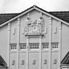 Fassadendekoration - Stuckdekor; historische Architektur in Hamburg Hohenfelde - mehrstöckiges Wohngebäude.