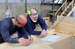 Planung von weiteren Arbeitsschritten anhand des Konstruktionsplans vom Schiff.