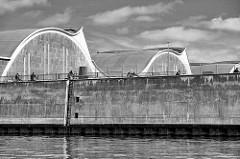 Blick vom Oberhafenkanal zur denkmalgeschützten Grossmarkthalle in Hamburg Hammerbrook - das Gebäude wurde 1958 errichtet, Architekt  Bernhard Hermkes; auf der Kaimauer Radfahrer auf dem Elberadweg, der entlang der Elbe von Tschechien bis Cuxhaven fü