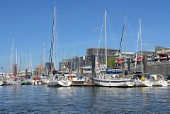 Sportboothafen an den Hamburger Vorsetzen / Baumwall - Teil vom ehem. Niederhafen. Segelboote und Motorboote haben am Anleger festgemacht.
