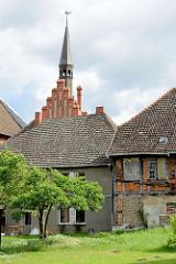 Alte Wohnhäuser - Fachwerkgebäude, Turm vom Rathaus in Dömitz.