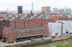 Das Gebäude vom Deutschen Zollmuseum am Zollkanal in der Speicherstadt Hamburgs - im Hintergrund Bürohochhäuser / Wohnhäuser.