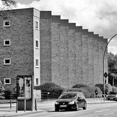 Wohnblock an einer Hauptverkehrsstrasse Hamburgs, Kreuzung Mühlendamm / Lübecker Strasse im Stadtteil Hohenfelde - nach Süden schräg ausgerichtete Hausfassade in gelbem Klinker - Baustil der 1950 er Jahre.