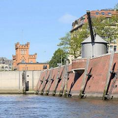 Historischer Kran am Hamburger Zollkanal / Strasse Bei dem Neuen Krahn - im Hintergrund die Einfahrt zum Nikolaifleet.