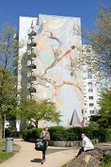 Wandbild an der Fassade eines Hochhauses in der Lenzsiedlung von HH-Stellingen; Wir alle - eine Welt /  Riesenwandbild - Nushin Morid, Kai Teschner 2004.