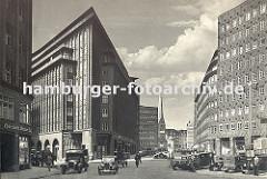 historisches Bild vom Hamburger Chilehaus ca. 1932. Autos stehen auf dem Parkplatz, ein LKW mit Plane hat am Strassenrand geparkt. Auf der linken Bildseite wartet ein beladenes Pferdefuhrwerk - in der Bildmitte ist die St. Petrikirche zu erkennen