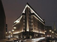 Nachtaufnahme vom Hamburger Chilehaus. Das Chilehaus ist ein expressionistisches Kontorhaus das von 1922 - 1924 im Kontorhausviertel der Hamburger Innenstadt errichtet wurde. Der Architekt war  Fritz Höger; die Spitze des 10 stöckigen Gebäudes so