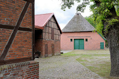 Bauernhof mit Reetdachscheune und Nebengebäude mit Fachwerkkonstruktion in Hamburg Marmstorf. - Eichenbaum.