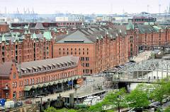 Dächer und kupfergedeckte Giebeltürme der Hamburger Speicherstadt - am Zollkanal das Deutsche Zollmuseum und die Brooksbrücke.