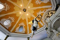 Kuppel der Niendorfer Kirchem mit Taufengel - die evangelisch-lutherische Kirche am Markt in Hamburg-Niendorf gilt nach dem Michel als bedeutendstes Barockbauwerk der Hansestadt. Die achteckige, von 1769 bis 1770 geschaffene Niendorfer Marktkirche en