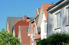 Dächer von Einzelhäusern am Garstedter Weg in Hamburg Niendorf.