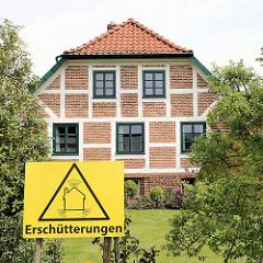 Fachwerkhaus in Jork - Hinweisschild Erschütterungen.