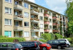 Wohnblock mit gelber Klinkerfassade - Balkons mit Pflanzen; Architektur der 1950er Jahre in Hamburg Hohenfelde, Ifflandstrasse..