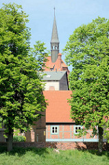Fachwerkhaus zwischen Linden am Wall in Dömitz / Rathausturm.