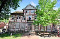Verfallenes, leerstehendes Fachwerkhaus mit Bauzaun gesichert - Elbstrasse in Dömitz.