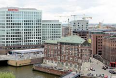 Historische und moderne Architektur im Hamburger Stadtteil Hafencity.