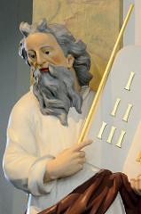 Holzfigur Moses aus dem Jahr 1785 in der Niendorfer Marktkirche - die evangelisch-lutherische Kirche am Markt in Hamburg-Niendorf gilt nach dem Michel als bedeutendstes Barockbauwerk der Hansestadt. Die achteckige, von 1769 bis 1770 geschaffene Niend