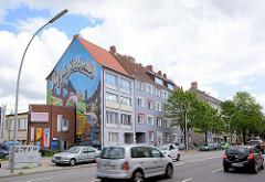 Mehrstöckige Wohnblocks, Wohnhäuser am Mühlendamm - Fassadenmalerei: Auf gute Nachbarschaft.