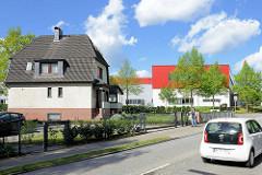 Wohnhaus / Einzelhaus mit Mansarddach - Industriearchitektur, Gewerbearchitektur mit roter Fassade.