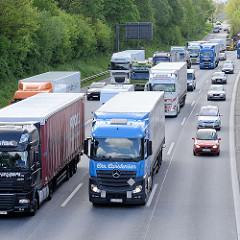 Autobahnauffahrt in Hamburg Stellingen - PKW und LKW fädeln sich in den Verkehr ein.