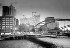 Blick über den Binnenhafen / Zollkanal zur Kehrwiederspitze und der Baustelle der Elbphilharmonie in der Hamburger Hafencity.