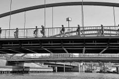 Die Niederbaumbrücke führt über den Hamburger Binnenhafen / Einfahrt zum Zollkanal - Touristen machen auf einem Segway eine Stadttour.