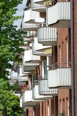 Architektur der Nachkriegsmoderne - Balkons mit abgerundeter, geschwungener Form - Baustil der 1950er Jahre in Hamburg Hohenfelde.
